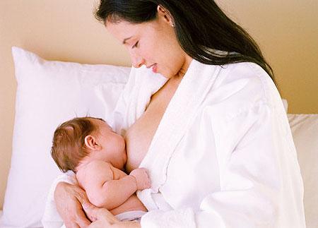 Cho bé bú sớm giúp mẹ nhiều sữa sau sinh, Cho be bu som giup me nhieu sua sau sinh