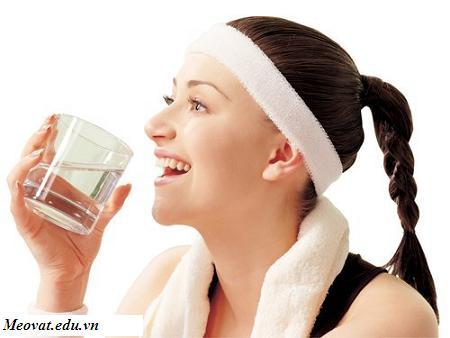 Uống đủ nước giúp bạn chống lại mệt mỏi, uong du nuoc giup ban chong lai met moi