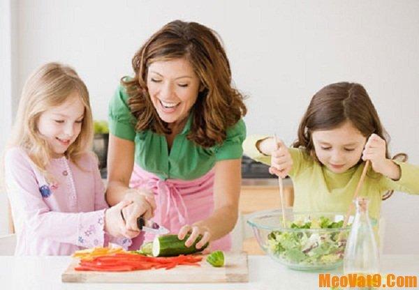Mẹo giúp trẻ ăn cơm đúng độ tuổi an toàn và hiệu quả nhất