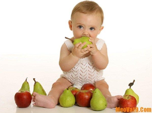 Mẹo giúp bé ăn cơm theo tuổi