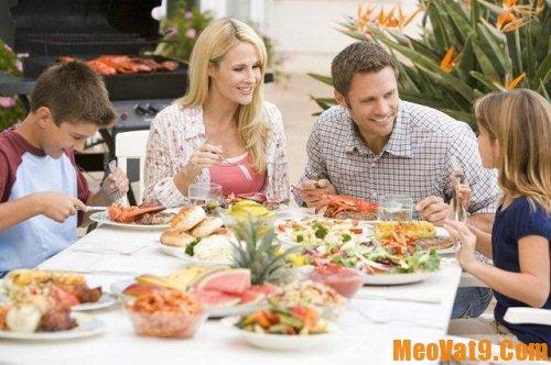 Tạo không khí vui tươi trong bữa ăn cũng là mẹo giúp eo thon không cần ăn kiêng