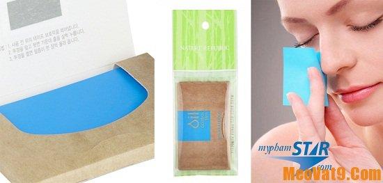 Dùng giấy thấm dầu để kiểm chứng độ dầu giúp phân loại da mặt chính xác