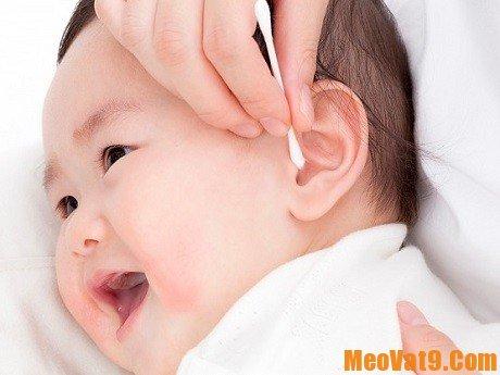 Mẹo lấy ráy tai cho bé an toàn