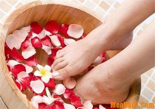 Mẹo trị nứt gót chân hiệu quả