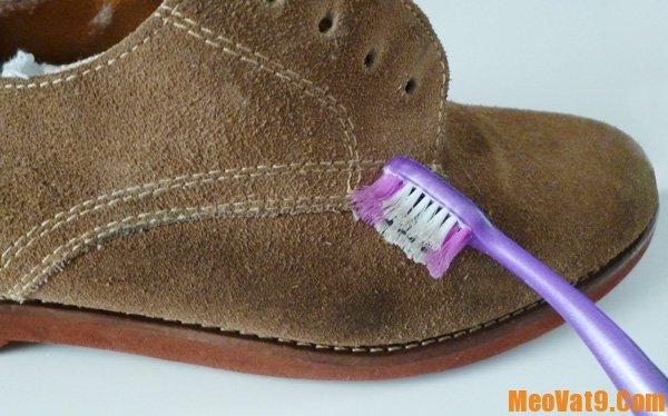 Mẹo làm sạch giày da lộn