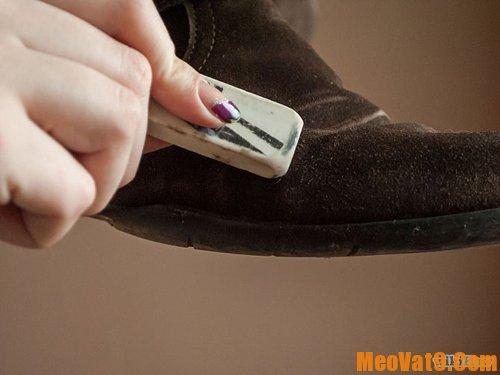 Làm sạch giày da lộn hiệu quả