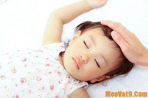 Nguyên nhân và cách xử lý khi bé ra mồ hôi trộm