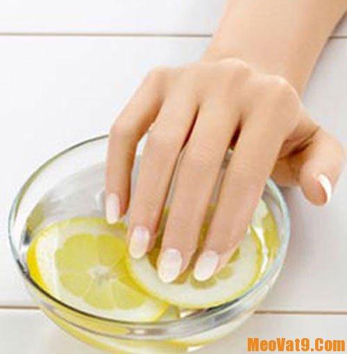 Sử dụng chanh và dấm để tẩy sơn móng tay