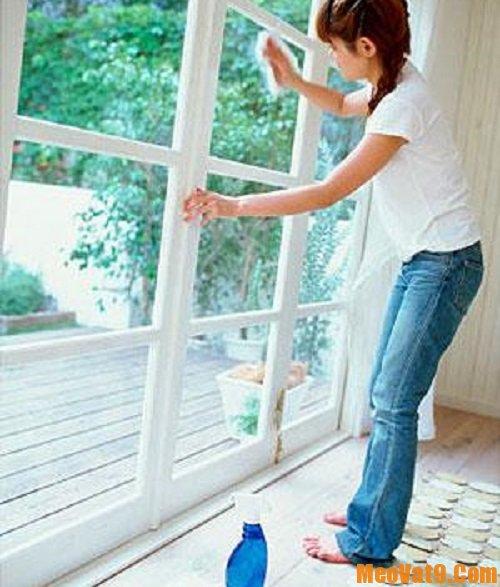 Mẹo làm sạch cửa kính cực nhanh, cách vệ sinh cửa kính ở nhà sạch bong, sáng bóng