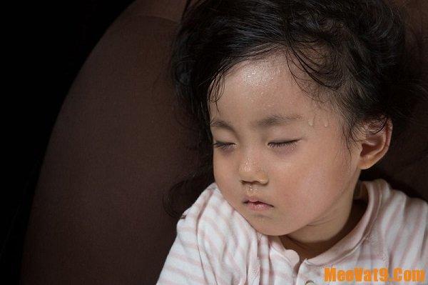 Trẻ sơ sinh bị đồ mồ hôi trộm nhiều ở đầu và lưng phải làm gì? Cách trị đổ mồ hôi trộm cho trẻ sơ sinh