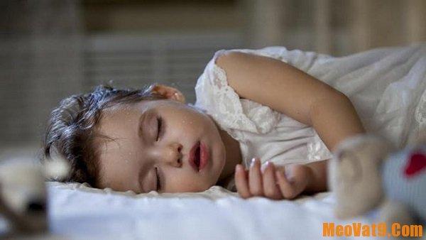 Trẻ sơ sinh bị đồ mồ hôi trộm nhiều ở đầu và lưng phải làm gì?